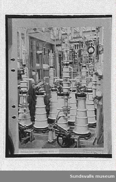 Interiör från radiosändarens inre, med slutsteg och i bakgrunden frånskiljare för anodspänning.  Rundradiostationen i Ljustadalen, 1949.Negativ skarpare.