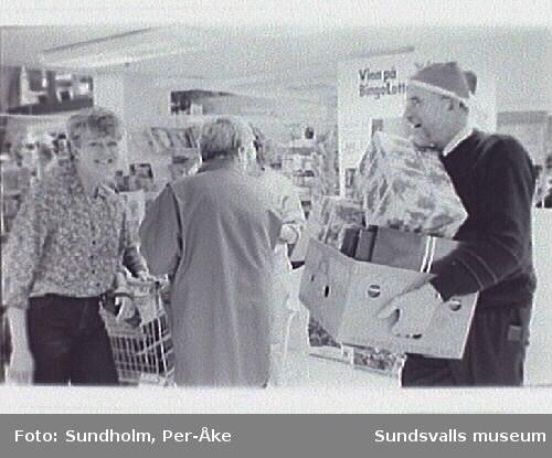 Dokumentation inför nedläggning 1995-01-28.Personalkväll på livsmedelsavdelningen, då varorna säljs med 15% rabatt.Gunnar Ögren, köttmästare och orförande i varuhusets fackklubb. Sven Lundin, chef för livsmedelsavdelningen.