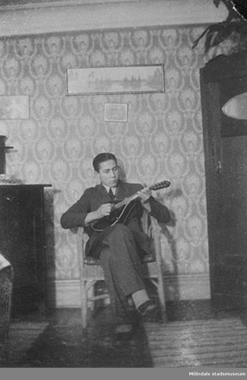 På bilden spelar Lasse Mattsson, kamrat till Vitalis Örtlund, mandolin i  Åkes,  Annas och Vitalis föräldrahem. Bild från början av 1930-talet.