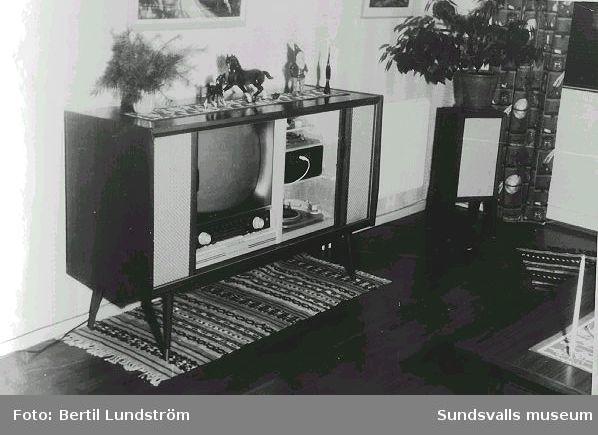 Kombinerad TV-apparat, radio och skivspelare, i familjen Britt-Marie och Bertil Lundströms vardagsrum på Pilgränd 8, 1961.