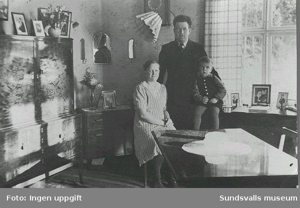 Olga (f. 1914), Sven (f. 1913) och Birger (f. 1940) Edlund i hemmets vardagsrum, Åsgatan, Skönsberg, 1942.