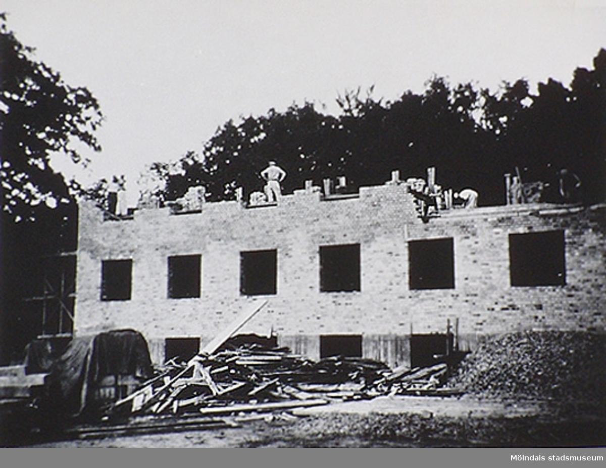 Tidigare hade patienterna bott på Kärra Hökegård men efter detta nybygge 1951 var allt nytt och fint. Kärra Hökegård var ett försörjningshem för såväl senildementa som psykiskt sjuka, utvecklingsstörda och ensamstående mödrar. Verksamheten försvann i och med att Lackarebäckshemmet stod klart 1951.
