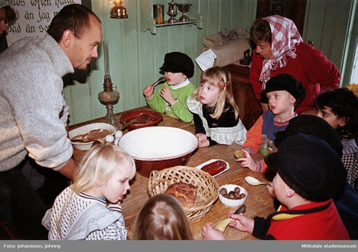 Museipedagog Håkan Strömberg (till vänster) visar förskolebarn Olas stuga 1999-02-18. Tema: Livet förr.