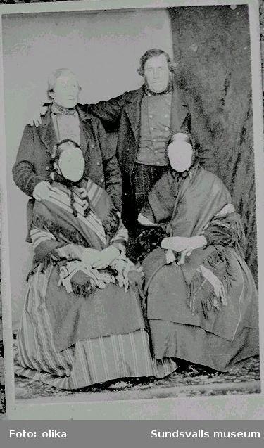 Bilder inlånade av Kjell Wiklund, Snickargränd 3B,86 200 Kvissleby.Se acc 0775. Skolbilden, tagen1864,är från pingstvännernas skola, Mogården,Tunbyn. Lärarinnan hette Dorotea,Kjells farmor Anna Katarina Ersdotter född 26/8,1856 ,död 1947,är med på bilden.Hon sitter i mittersta raden ,andra flickan till höger om lärarinnan.03 är en bild på Anna ochErik Wiklund.