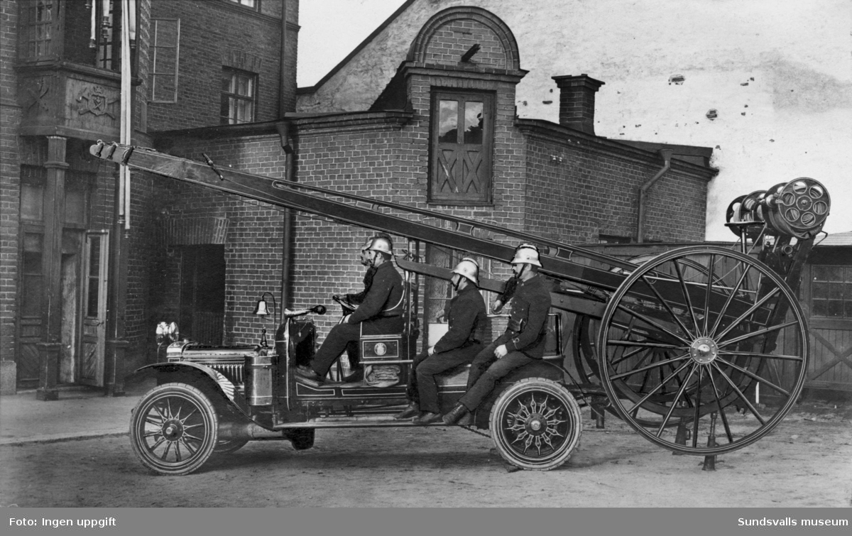 Sundsvalls brandstation. Brandmän i brandbil samt stegvagn. Privata bilder med brandchefen för Sundsvalls brandkår Gustaf Hellgren och hans familj.