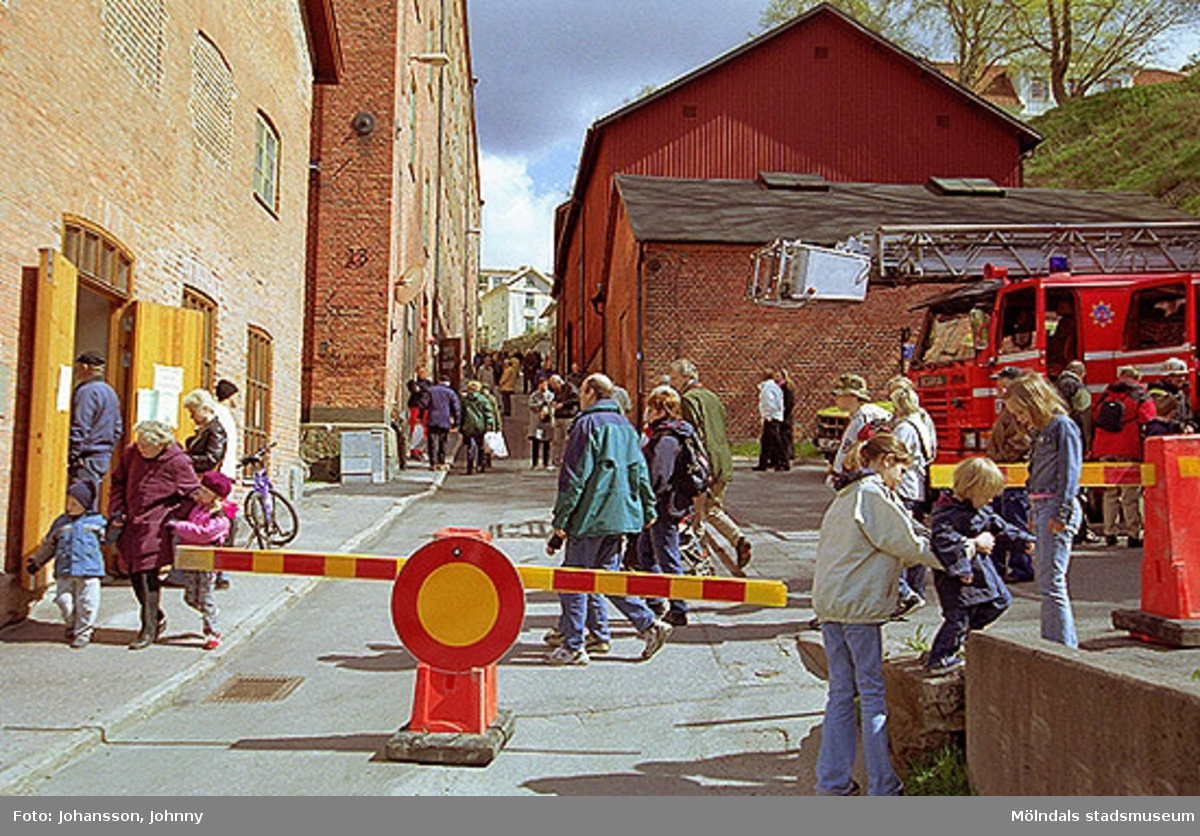 Ambulans och brandbilar som står mittemot Nymans kvarn.