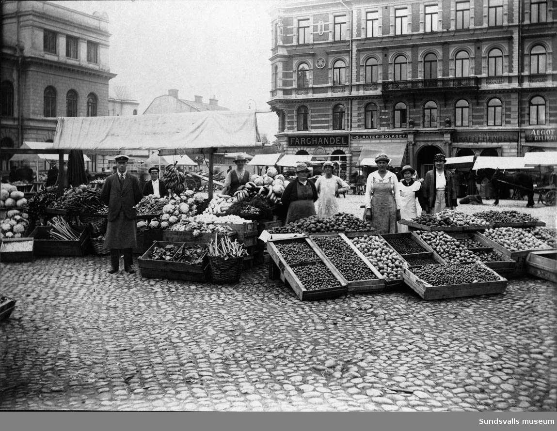 Från vänster: Frukt- och grönsakshandlare Olof Johannes Berg med sin fru Elna Ahlström-Berg, Hanna Ahlström (mor till Elna Berg). 1924 flyttade Bergs frukt- och grönsakshandel in i nybyggda saluhallen i Holmströmska huset. 1938 blev Elna änka och drev därefter rörelsen ensam.