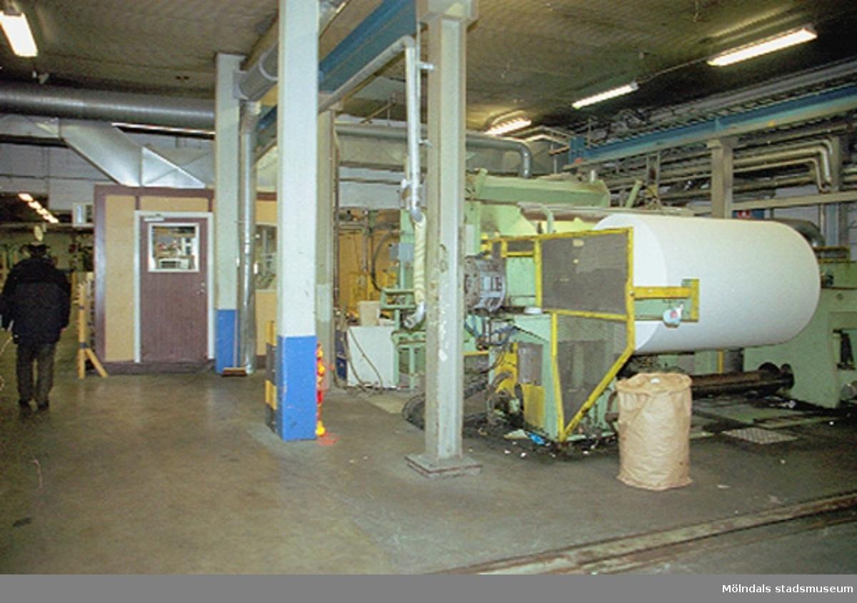 F.d fabrikschef Carl-Gustaf Lindgren (syns innanför den bruna dörren) vid PM4 (byggnad 3). Papyrusinventeringen 2001-11-06.