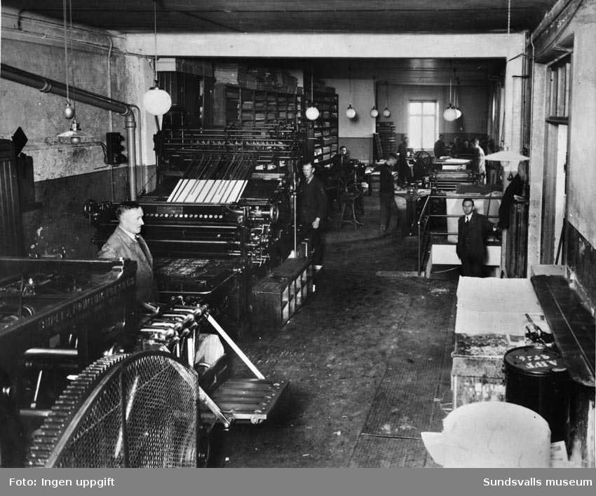 Nya Samhällets Tryckeri på Köpmangatan 5. I pressen längst till vänster trycktes tidningen, övriga maskiner användes för civiltryck.