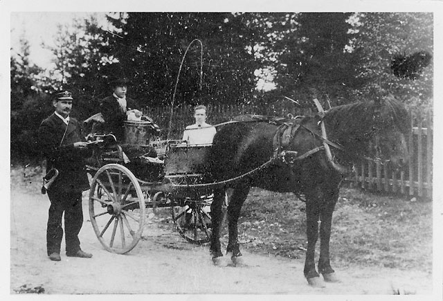 Hästpostföring å linjen Taberg-Grevsjö-Bredaryd i början på 1900-talet, T.v. en postiljon, t.h. postförare Arvid Andersson, Tranhult.