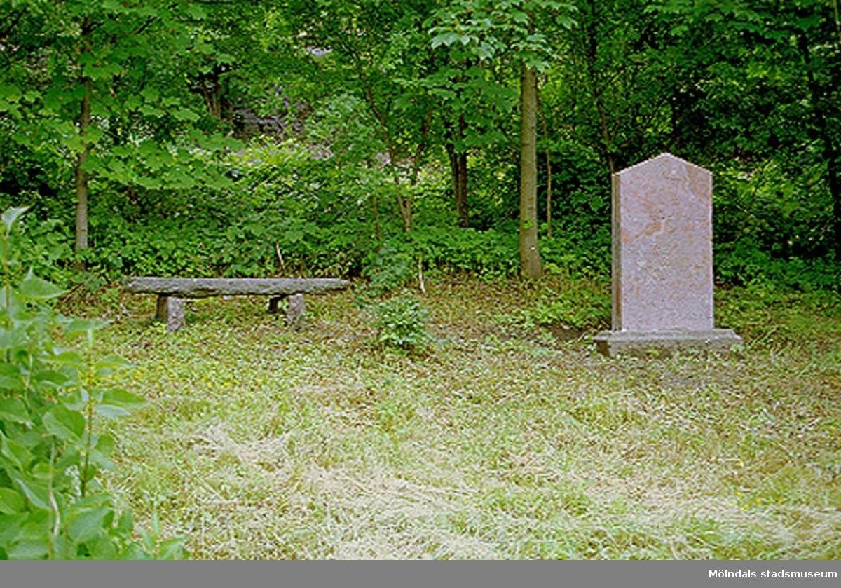 Hejderidarens gravsten som är flyttad cirka 100 meter från ursprungsplatsen. Den står nu öster om järnvägen på Rallarbergets västsluttning.