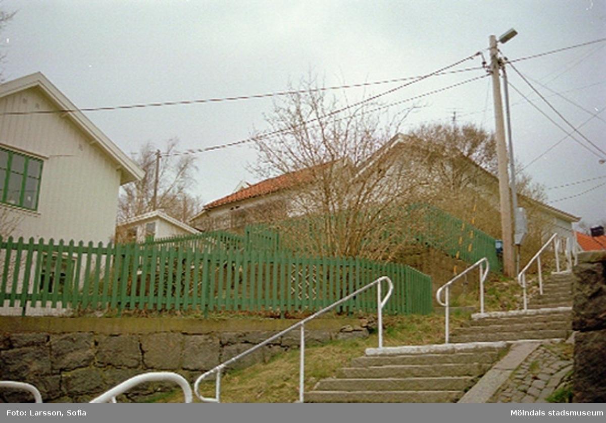 Trappa och elledningar som går utanför Rosendal 12 på Stockliden 7, 2002-03-15.