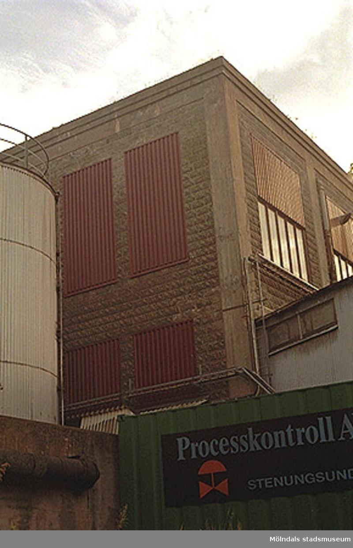 """Byggnad med """"rusticerad"""" fasad i betong. Inom Papyrusområdet med vy från nordost, oktober 1998."""