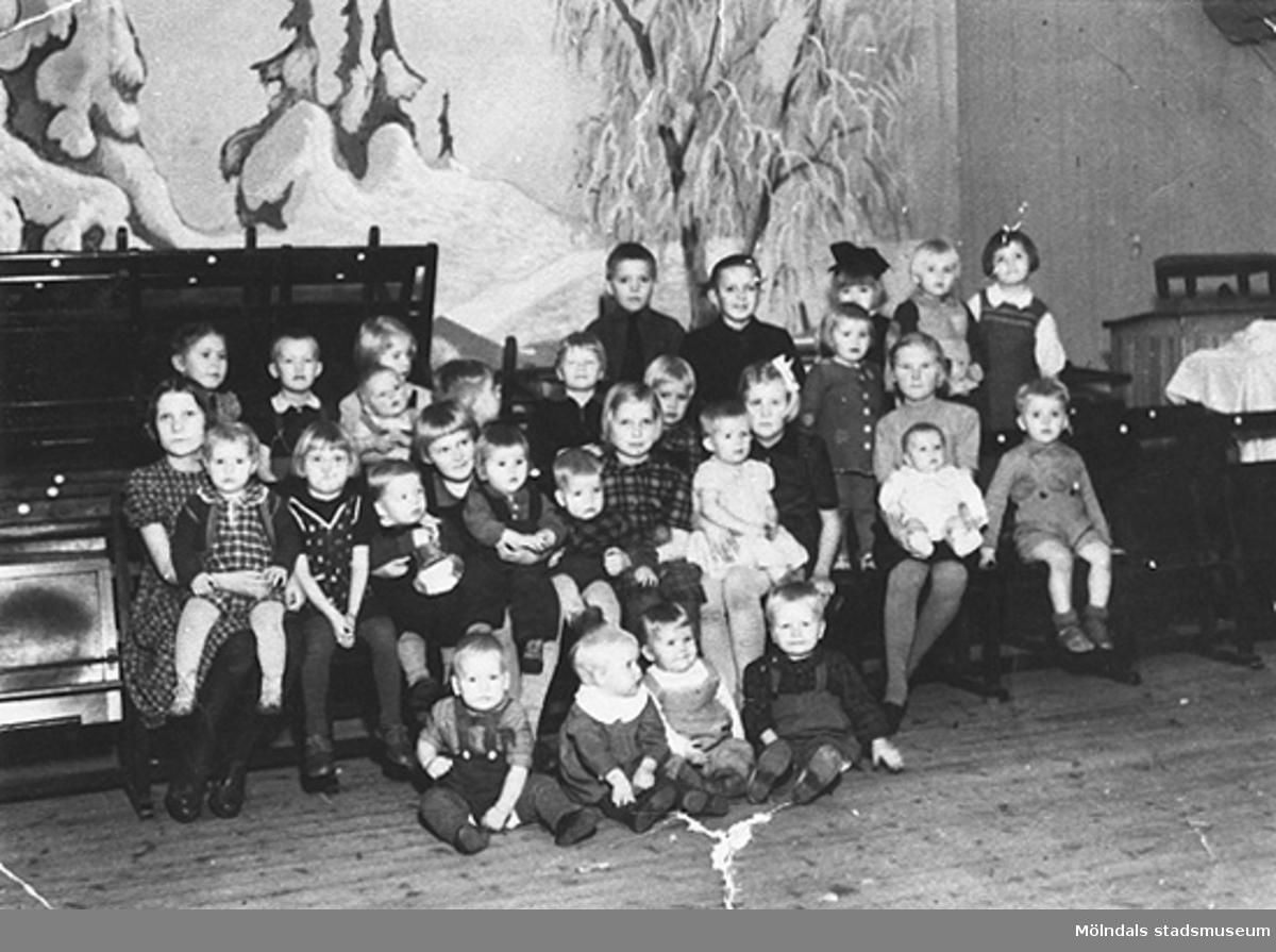 """I tre månader hösten 1944 levde de inhysta i denna lokal. Samma år flydde 32.000 estländare från kriget i Estland till Sverige. Ett sextiotal personer tog jobb på August Werners textilfabrik i Lindome. Kvinnorna arbetade i spinneriet och männen i färgeriet.Mer information finns i uppsatsen """"Estländska textilarbetare i Lindome"""" som finns i Mölndals stadsmuseums interna arkiv.  Releterade objekt: 2002_0947 - 0963."""