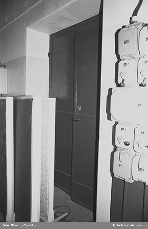 Byggnadsdetaljer: Dörr och elinstallation i August Werners fabriker i Lindome, hösten 1994.