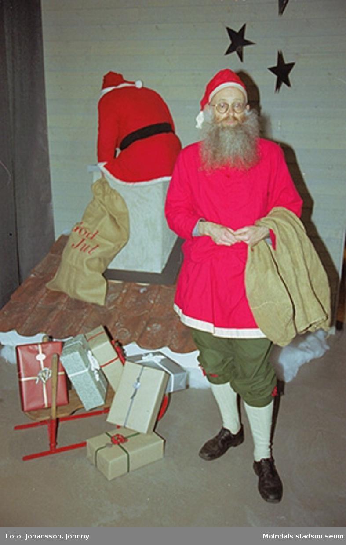 Invigning av tomteutställning på Mölndals museum 2002-11-30.Lars Gahrn utklädd till tomte.Tomteutställningen: 30/11-02 - 1/1-03.