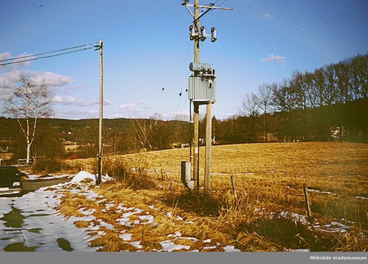 En gammal transformatorstation vid Norra Hällesåkersvägen (numera riven), mars 1994.