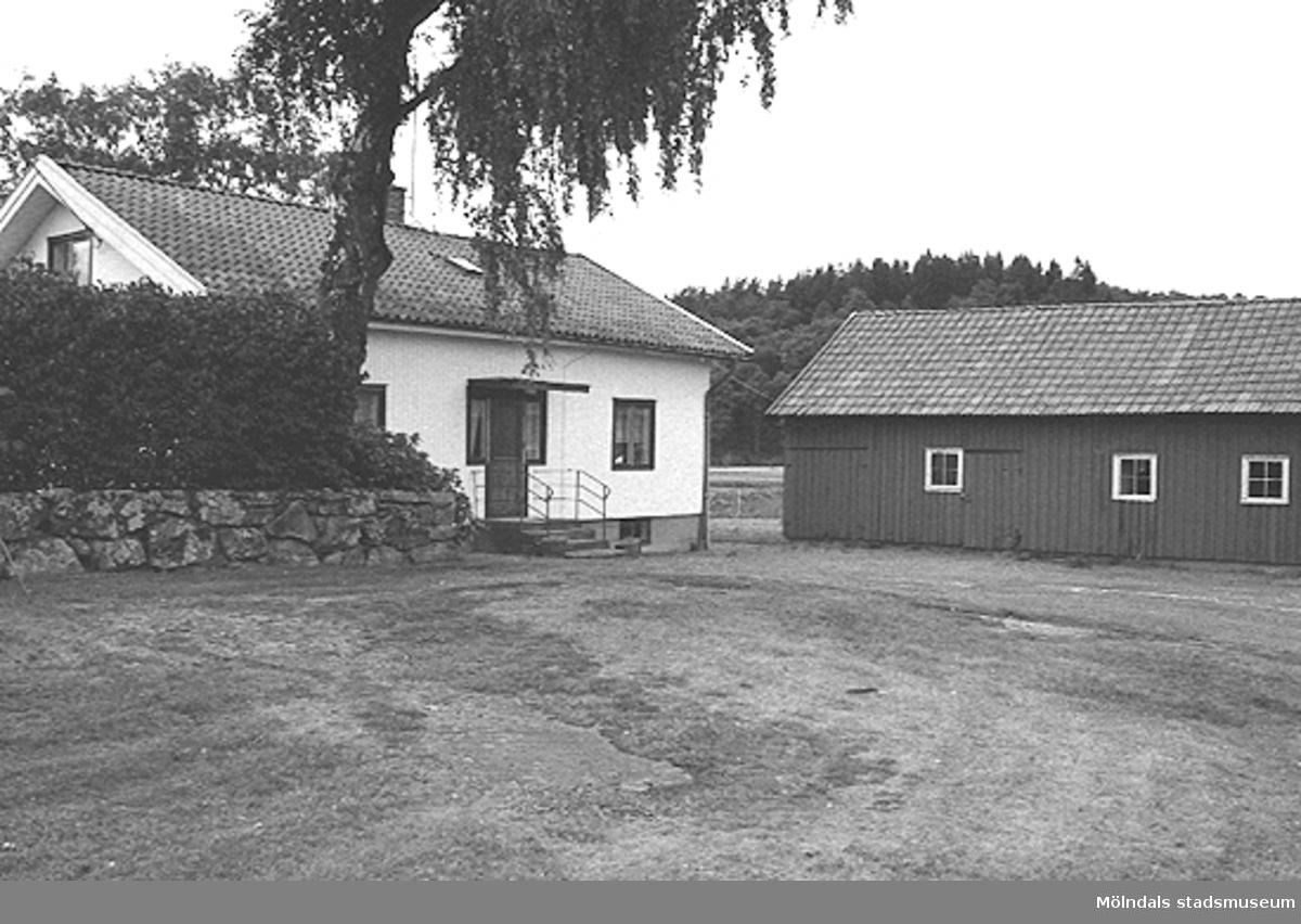 Ett hus och en ladugård, troligtvis i Lindome. Okänt årtal.