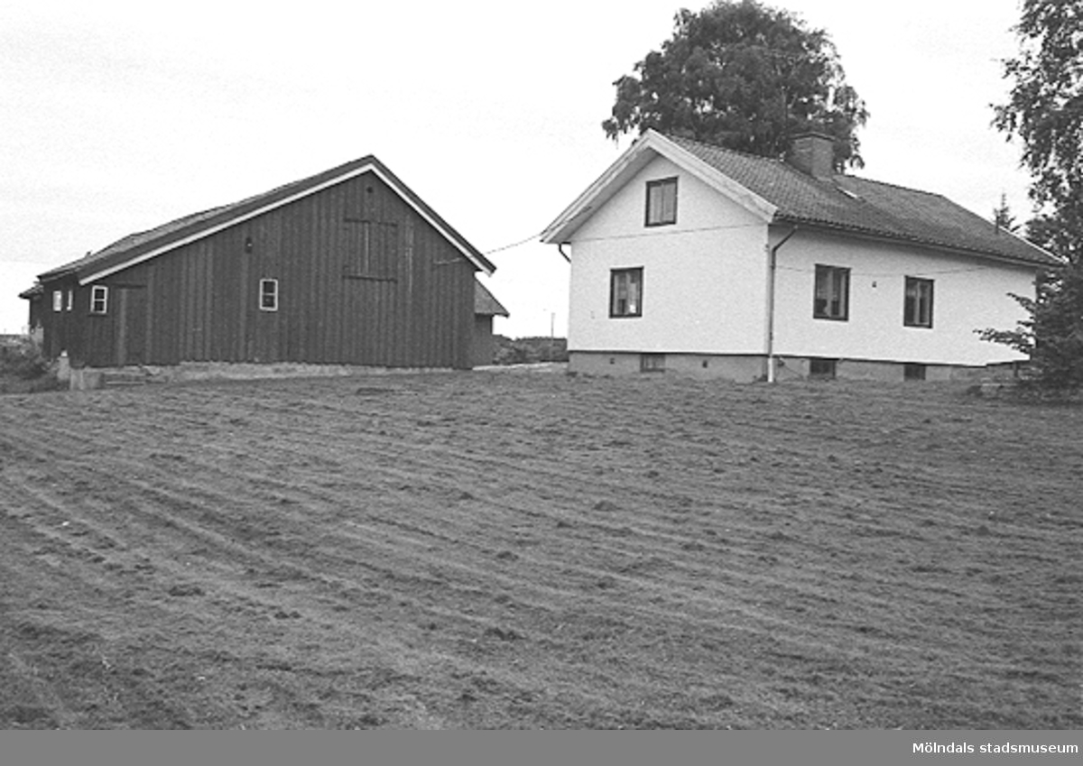 Ett hus och en ladugård troligtvis i Lindome. Okänt årtal.