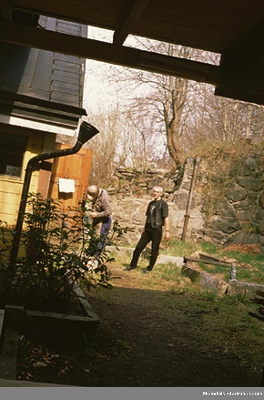 Två män vid en dörr.