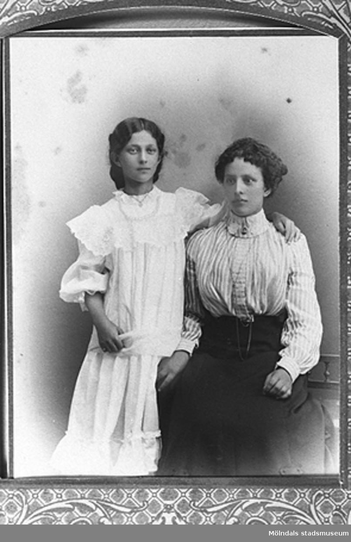 1900-talets början.Syskonen Ida och Viktoria Westerberg.De är syskon till givarens mormor Nora Krantz.Givare är Karin Hansson f Pettersson.