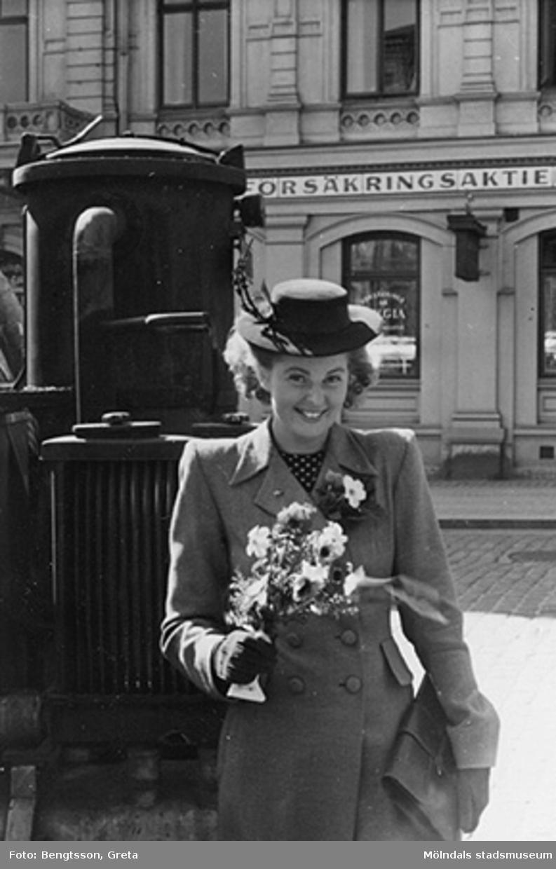 Vi firar FREDEN, åker in till Göteborg och lunchar på Gillblads! Speciellt grattis till Ulla Hultsten med norsk pojkvän. Laborant från SOAB-Svenska Oljeslageri AB, Kvarnbygatan, Mölndal. 1943-1946.