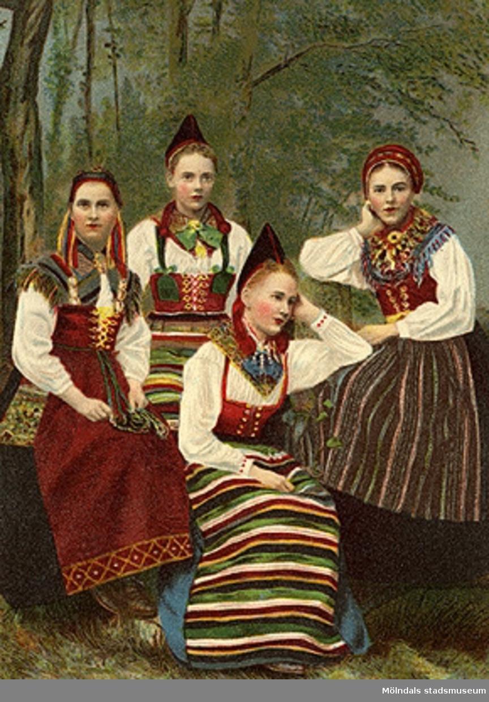 Bilden föreställer fyra folkdräktsklädda, unga kvinnor.