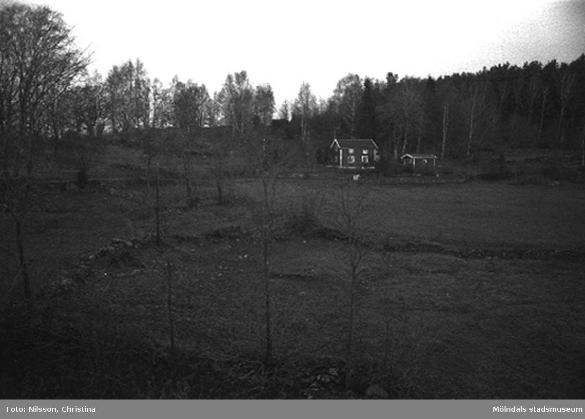Bostadshus vid ängsmark/åkermark.Omgivningen runt Werners fabriker, Annestorp, Lindome hösten 1994.