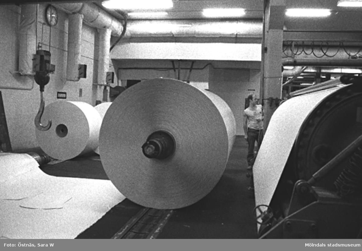 Pappersbalar. Byggnad 6, KM 2 till höger. Jan Callesen i bakgrunden.Bilden ingår i serie från produktion och interiör på pappersindustrin Papyrus.
