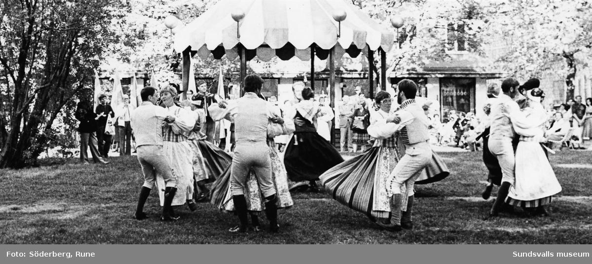 Folkdans på Stora Torget och Vängåvan.