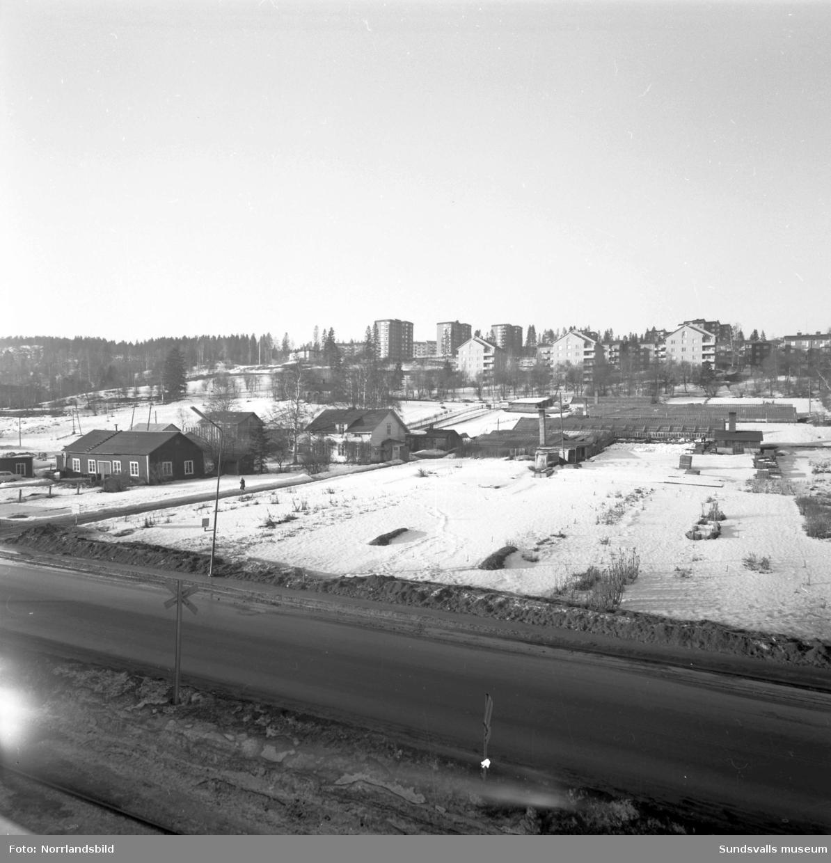 Platsen för det planerade nya badhuset vid Heffnersvägen. Bilderna tagna från taket på dåvarande Söderberg och Haak och norrut mot Norrliden och Lindvalls handelsträdgård. Vägen i förgrunden är E4.