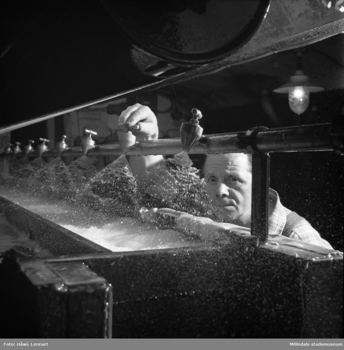 Henry Klang i arbete vid PM3 på Papyrus i Mölndal 6/5 1955. Utloppslåda för översiebern.