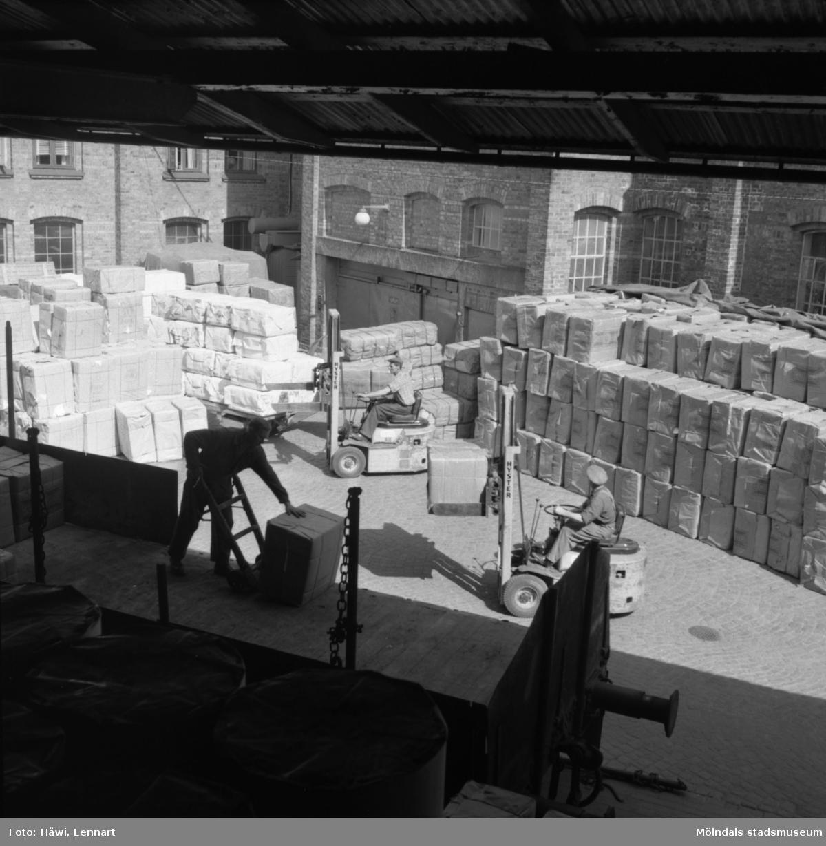 Lossning av massa med truck på Papyrus i Mölndal, 3/6 1955.