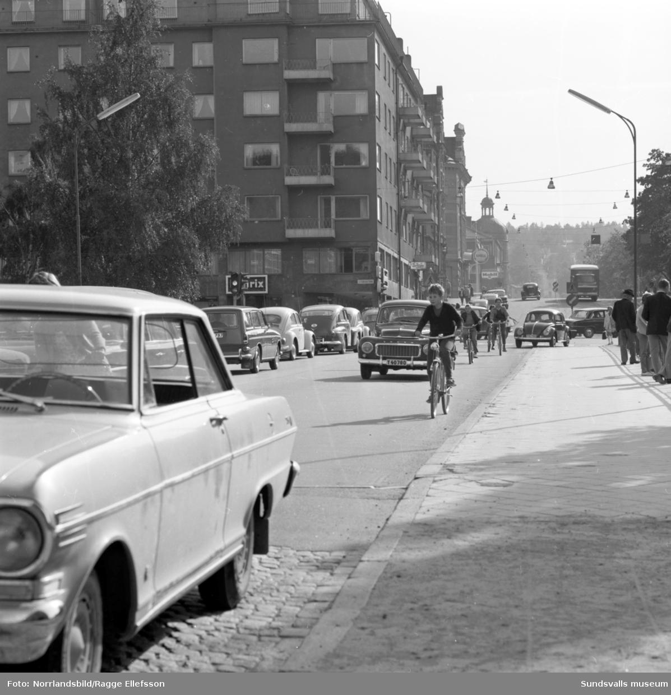 Tät trafik på Skolhusallén och Storbron, vänstertrafik.
