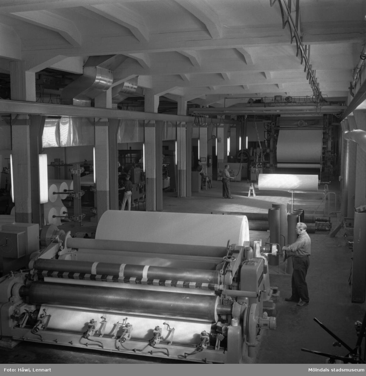 Man i arbete vid PM12 färdigställningsavdelning på Papyrus i Mölndal, 30/9 1963. PM12 rullstol, glätt nr 3, klipp nr 12.