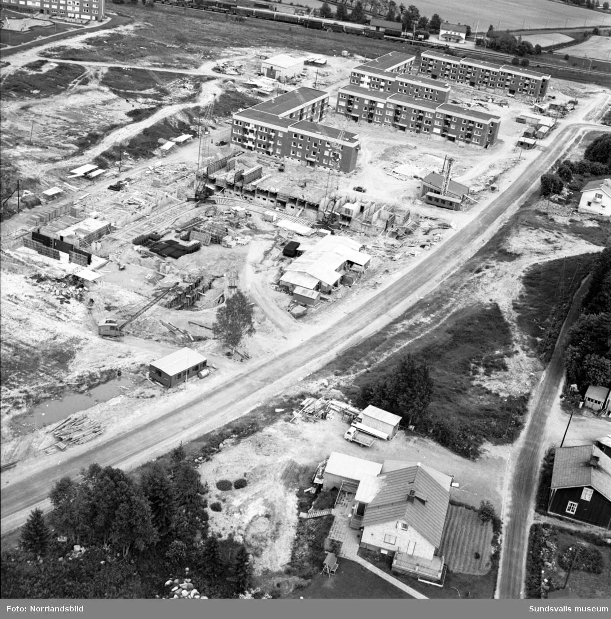 Flygfoton över Finsta, Sundsbruk. Byggnation pågår av flerfamiljsfastigheter vid Hammarvägen.