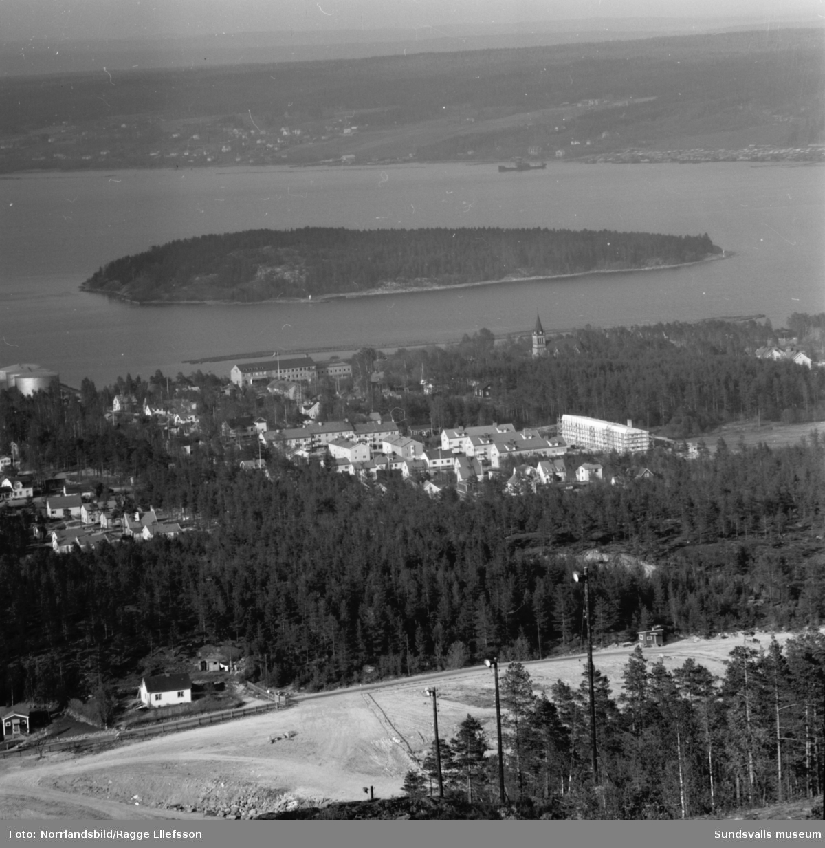 Vy över Skönsmon fotograferat från Södra berget. Tjuvholmen och längst bort skymtar Alnö.