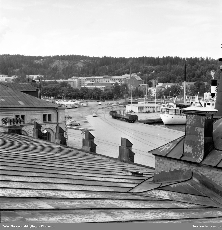 En serie bilder fotograferade från tullhusets tak, ut över hamnen och in mot stenstaden.