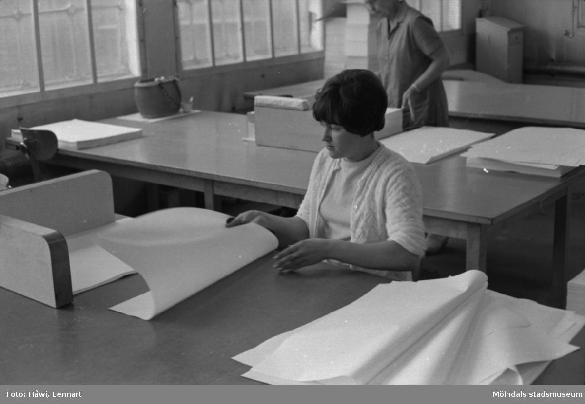 Kvinna i arbete med att sortera papper på Papyrus i Mölndal, hösten 1970.