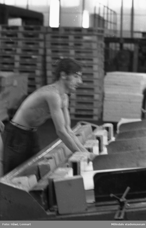 Man i arbete vid klipp på Papyrus i Mölndal, hösten 1970.