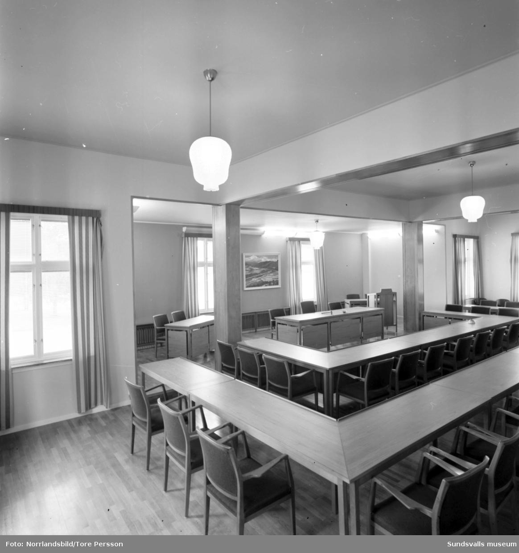 Liden med kommunalhus, skola, bensinmack turistbyrå samt Vättaberget med serveringen.