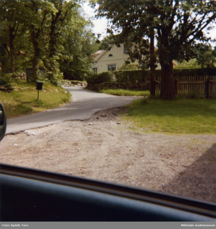 """Roten L 3 vid Franckegatan i Mölndals Kvarnby på 1970-talet. Huset kallas även """"Bröalidas hus"""" eller """"Ferlins hus""""."""