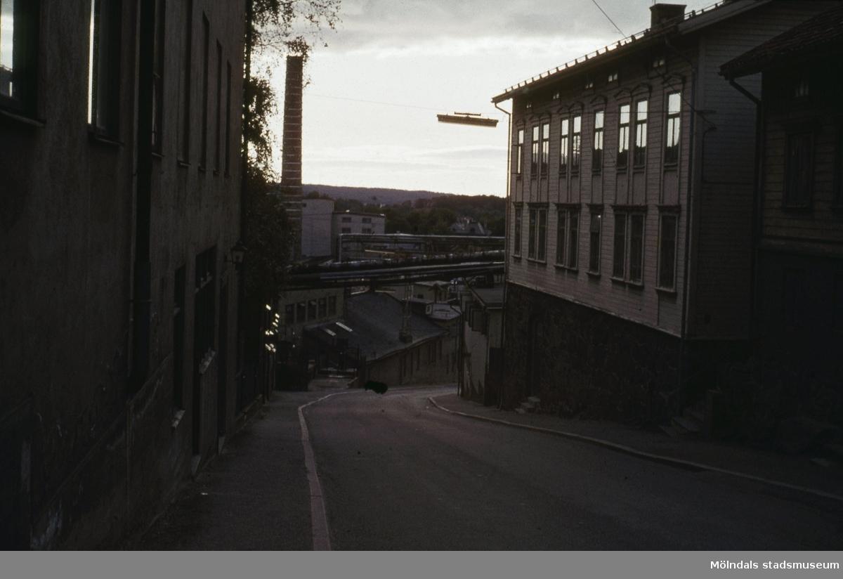 """Byggnader vid """"Kråkan"""", Kvarnbygatan, i Mölndal, 1970-tal."""