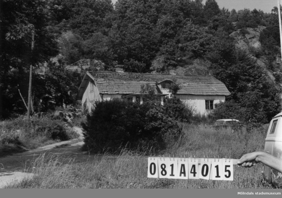 Byggnadsinventering i Lindome 1968. Knipered 3:3. Hus nr: 081A4015. Benämning: permanent bostad och ladugård. Kvalitet, bostadshus: god. Kvalitet, ladugård: mindre god. Material: trä. Tillfartsväg: framkomlig.