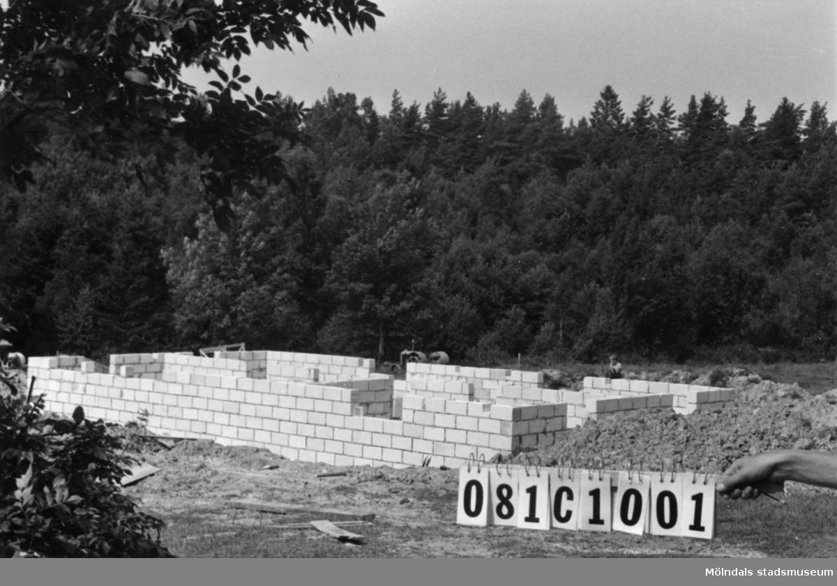 Byggnadsinventering i Lindome 1968. Holmen 1:5. Hus nr: 081C1001. Benämning: grund. Material: Siporex. Tillfartsväg: framkomlig.