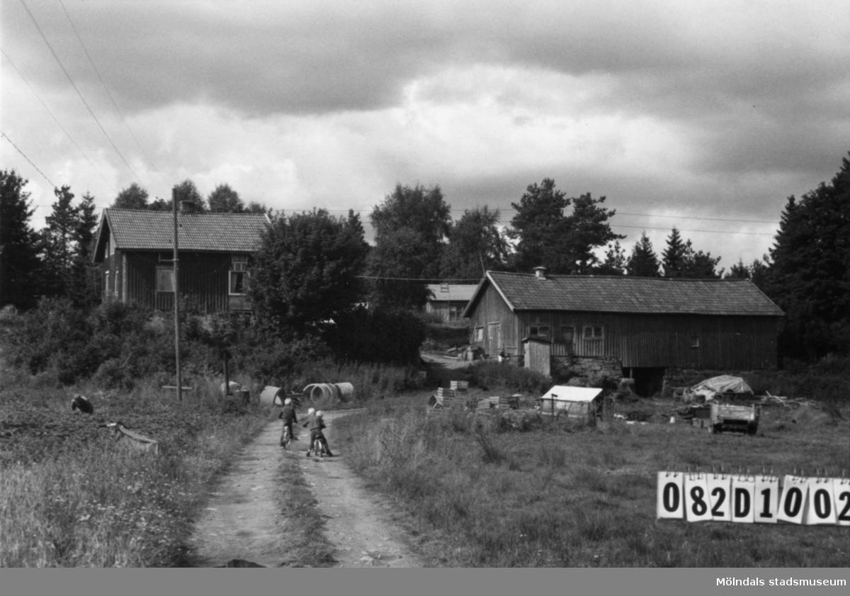 Byggnadsinventering i Lindome 1968. Knipered 1:10. Hus nr: 082D1002. Benämning: permanent bostad, ladugård och redskapsbod. Kvalitet, bostadshus och ladugård: mindre god. Kvalitet, redskapsbod: dålig. Material: trä. Övrigt: skräpigt till tusen. Bilvrak. Tillfartsväg: framkomlig.