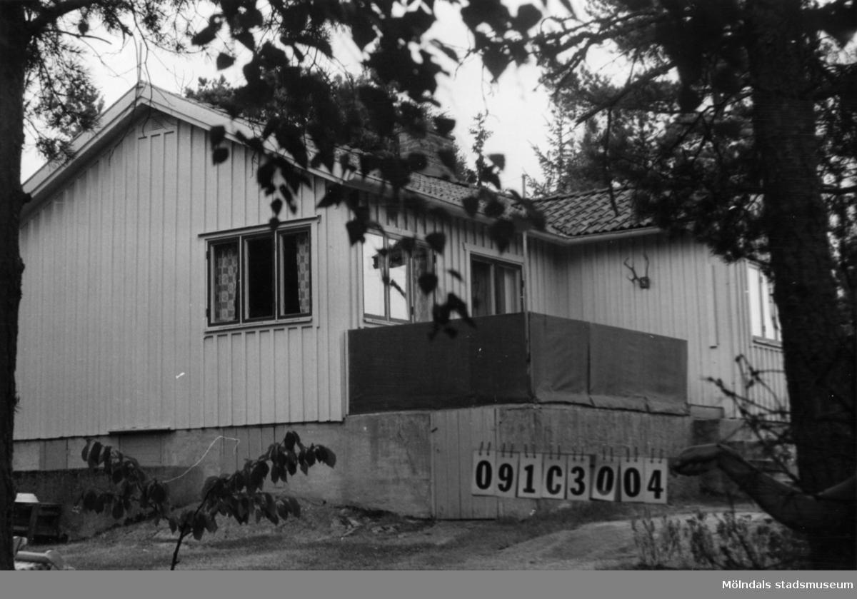 Byggnadsinventering i Lindome 1968. Långö (1:1). Hus nr: 091C3004. Benämning: fritidshus och redskapsbod. Kvalitet: god. Material: trä. Tillfartsväg: framkomlig.