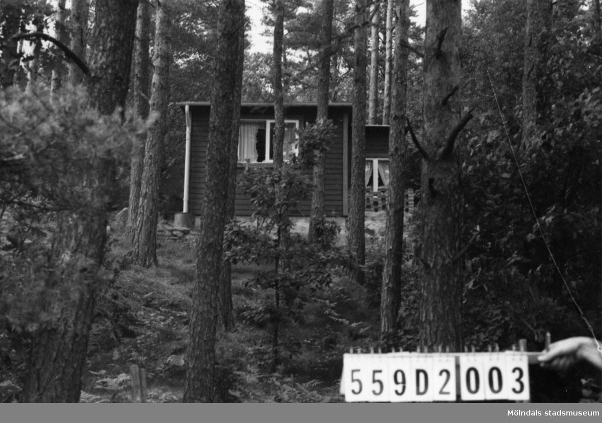 Byggnadsinventering i Lindome 1968. Ranntorp 2:14. Hus nr: 559D2003. Benämning: fritidshus. Kvalitet: god. Material: trä. Tillfartsväg: framkomlig.