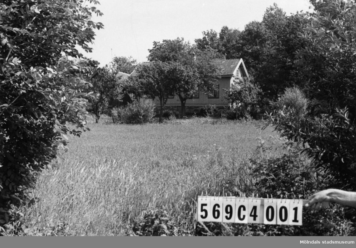 Byggnadsinventering i Lindome 1968. Berget 1:3. Hus nr: 569C4001. Benämning: permanent bostad och ladugård. Kvalitet, bostadshus: god. Kvalitet, ladugård: mindre god. Material: trä. Tillfartsväg: framkomlig.