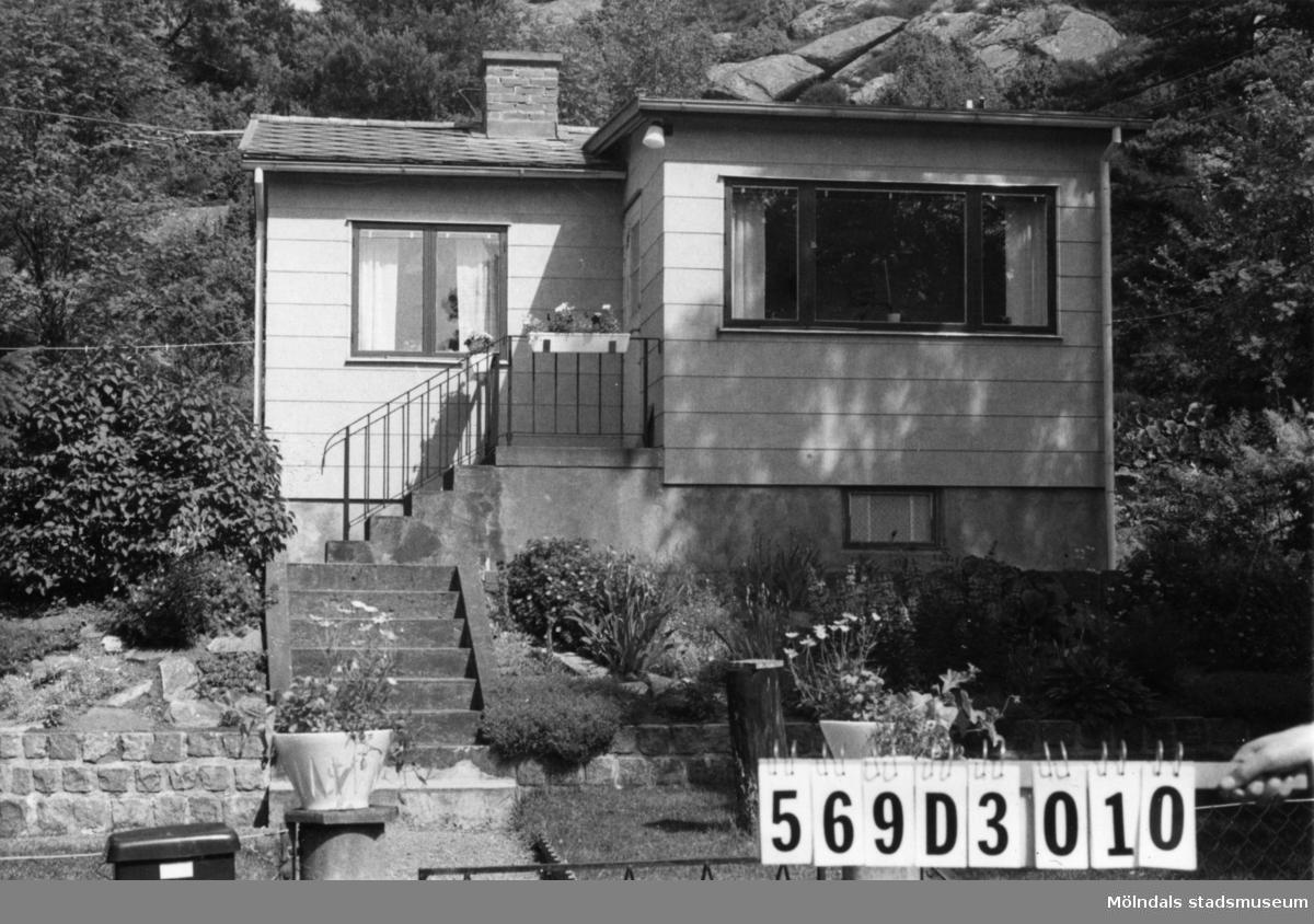 Byggnadsinventering i Lindome 1968. Gårda 2:43. Hus nr: 569D3010. Benämning: fritidshus och redskapsbod. Kvalitet, fritidshus: mycket god. Kvalitet, redskapsbod: mindre god. Material, fritidshus: eternit. Material, redskapsbod: trä. Tillfartsväg: framkomlig. Renhållning: soptömning.